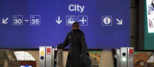 Evelyne Linde im Bahnhof SBB in Basel auf dem Weg in die Innenstadt