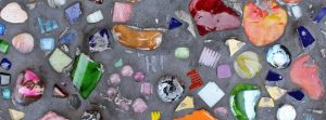 Farbiges Steinmosaik mit verschiedenen Glassteinen